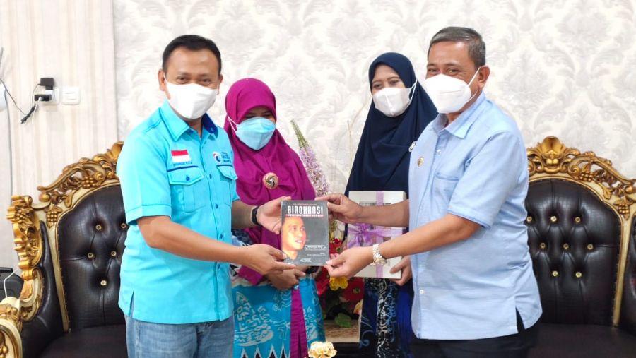 Jamu Ketua Partai Gelora Sulsel,  Amran Mahmud Hadiahi Buku