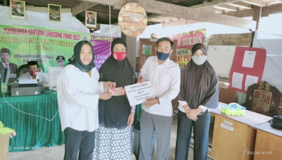 Mantap : Kades Anrihua Bagi BLT Untuk Masyarakat