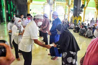 bupati-bulukumba-menyerahkan-gaji-tunjangan-guru-mengaji-dan-imam-masjid