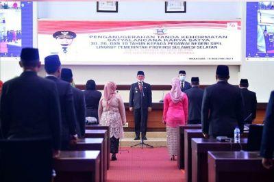 PLT Gubernur Sulsel Serahkan Tanda Kehormatan PNS Lingkup Pemprov